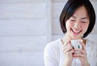 コーヒーカップを持った日本人女性