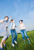 草原ではしゃぐ日本人女性の若者