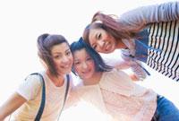 肩を組む日本人女性の若者