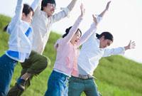 草原でジャンプする日本人の若者 10272000064| 写真素材・ストックフォト・画像・イラスト素材|アマナイメージズ