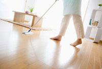 床を掃除する日本人女性の足元