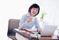デスクワークをするビジネスウーマン 10272000123| 写真素材・ストックフォト・画像・イラスト素材|アマナイメージズ