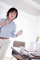 携帯電話を持つビジネスウーマン 10272000140  写真素材・ストックフォト・画像・イラスト素材 アマナイメージズ