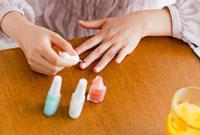 ネイルを塗る日本人女性の手元
