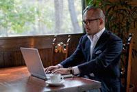 パソコンをする日本人ビジネスマン
