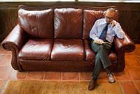 ソファで読書をする日本人男性