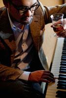 ピアノを弾く日本人男性