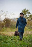 草原を歩く日本人男性