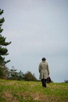 草原に佇む日本人男性の後姿