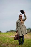 草原に立つ日本人男性