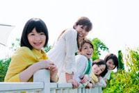 テラスに並ぶ日本人の若者 10272000233| 写真素材・ストックフォト・画像・イラスト素材|アマナイメージズ