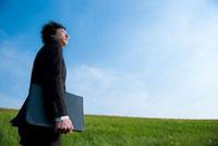 草原に佇む日本人のビジネスマン