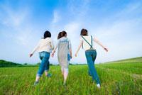 草原を走る日本人の若者