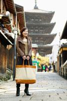 石畳に立つ日本人女性