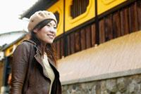 日本家屋の前に立つ日本人女性