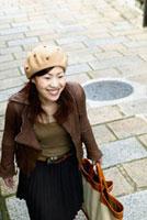 石畳を歩く日本人女性