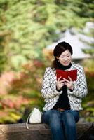 手帳を見る日本人女性