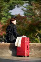 赤いトランクと日本人女性
