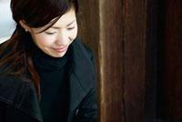 微笑み顔でうつむく日本人女性