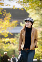 紅葉の中を歩く日本人女性