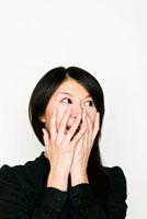 手で顔を覆う日本人女性