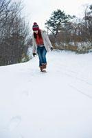 雪の中を歩く日本人女性 10272000413| 写真素材・ストックフォト・画像・イラスト素材|アマナイメージズ
