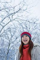 雪景色と日本人女性 10272000416| 写真素材・ストックフォト・画像・イラスト素材|アマナイメージズ