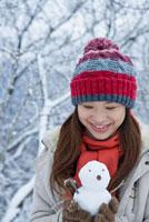 雪だるまを持った日本人女性 10272000419| 写真素材・ストックフォト・画像・イラスト素材|アマナイメージズ
