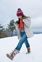 雪の中を歩く日本人女性