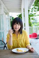 カフェでデザートを食べる日本人女性