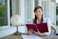 本を広げる日本人女性