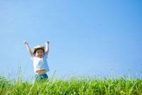 草原で両手をあげる日本人の男の子 10272000470| 写真素材・ストックフォト・画像・イラスト素材|アマナイメージズ