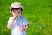 シャボン玉で遊ぶ日本人の男の子 10272000474| 写真素材・ストックフォト・画像・イラスト素材|アマナイメージズ