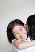 母親に抱き着く女の子