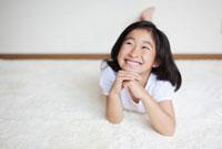 頬杖をつく日本人の女の子 10272000511  写真素材・ストックフォト・画像・イラスト素材 アマナイメージズ