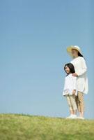 草原に立つ日本人の母と娘