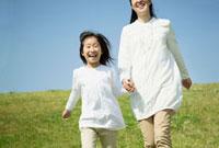 草原を歩く日本人の母と娘