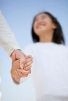 手をつなぐ日本人の母と娘