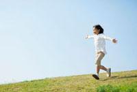土手を走る日本人の女の子