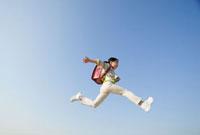 ジャンプする小学生の女の子