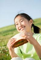 パンを食べる日本人の女の子 10272000586| 写真素材・ストックフォト・画像・イラスト素材|アマナイメージズ