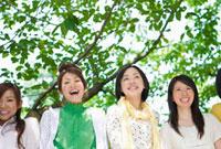 新緑の前に並ぶ日本人の若者