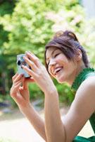 デジカメで写真を撮る日本人女性
