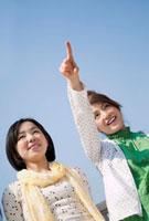 指をさして笑う2人の日本人女性