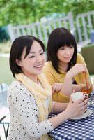 カフェでお茶をする2人の日本人女性