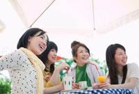 カフェでお茶をする日本人の若者