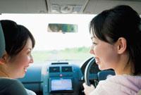 車内で顔を見合わせる2人の日本人女性