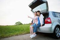 車のトランクに座る2人の日本人女性