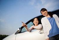 ドライブを楽しむ2人の日本人女性