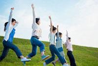 草原でジャンプする日本人の若者